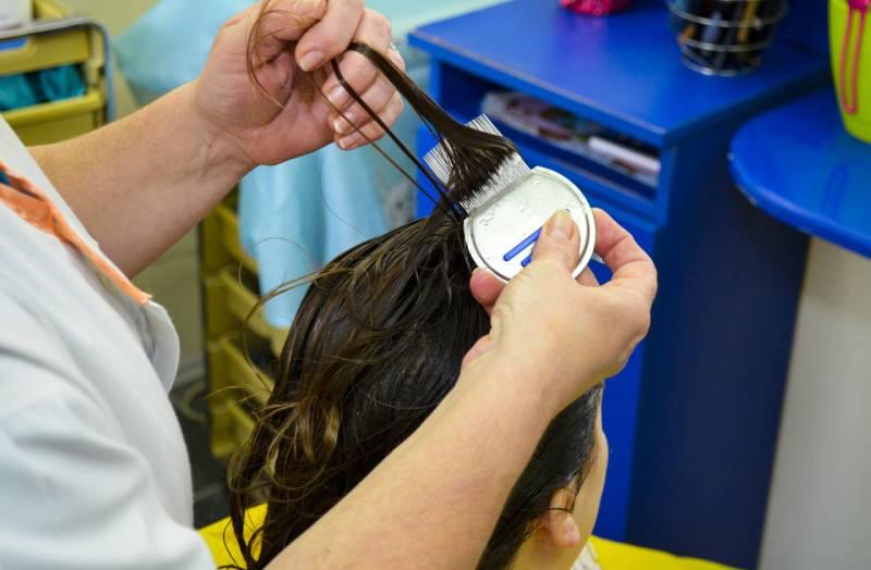 Slika procesa uklanjanje vaški mehaničkim metodama u salonu BeoVaškica