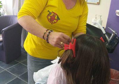 Slika Svetlane koja trebi vaške devojčici u žutoj uniformi